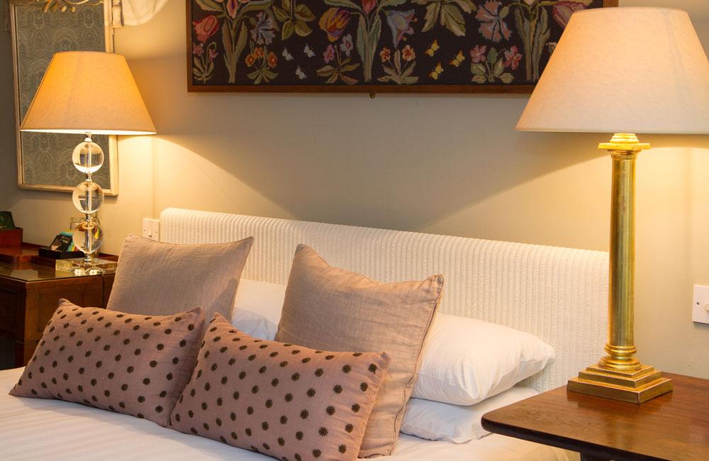 room 1 crown hotel wells. Black Bedroom Furniture Sets. Home Design Ideas