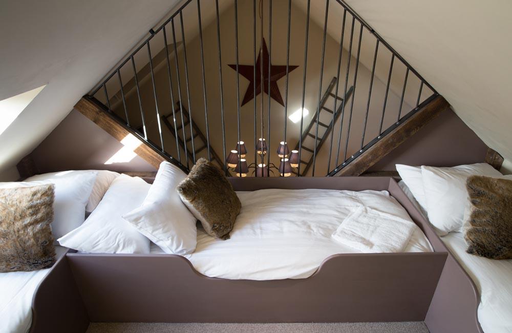 room 16 crown hotel wells. Black Bedroom Furniture Sets. Home Design Ideas