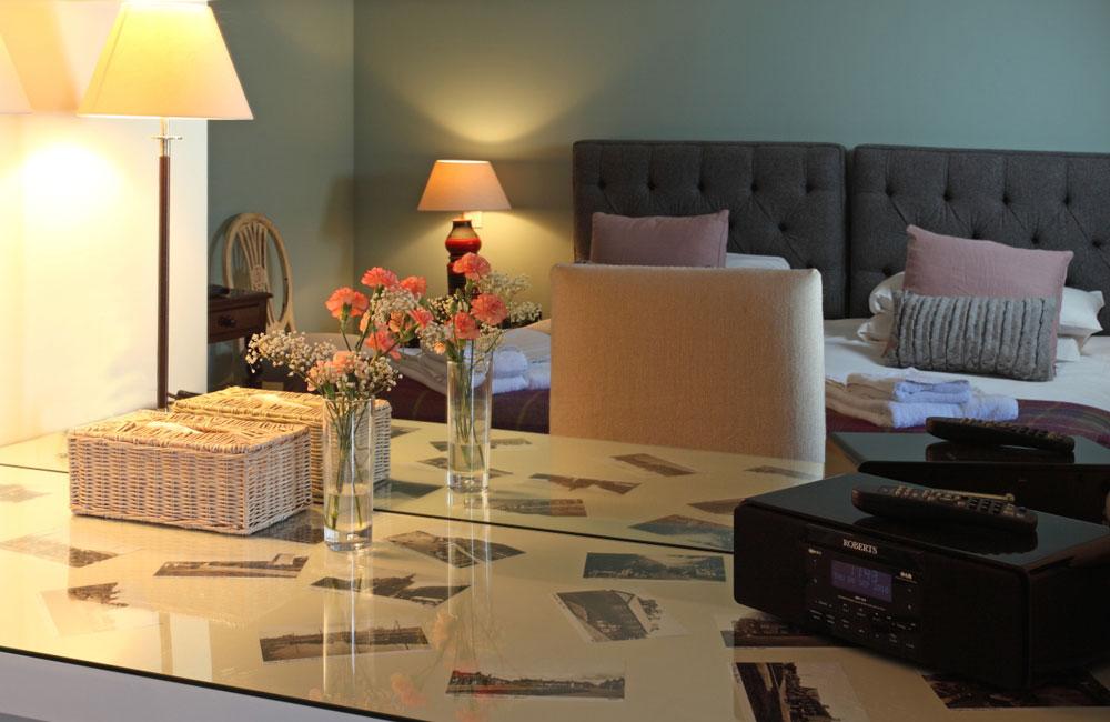 room 9 crown hotel wells. Black Bedroom Furniture Sets. Home Design Ideas